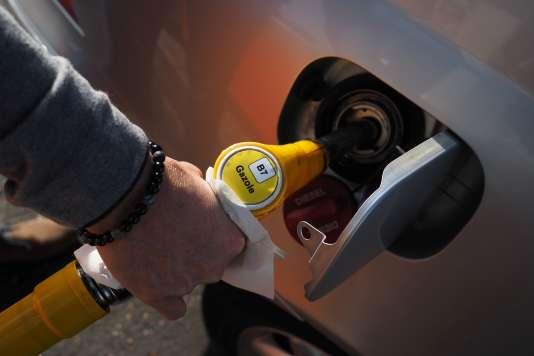Un automobiliste fait le plein de carburant à une station-service de La Ville-aux-Dames (Indre-et-Loire),le 4 novembre.