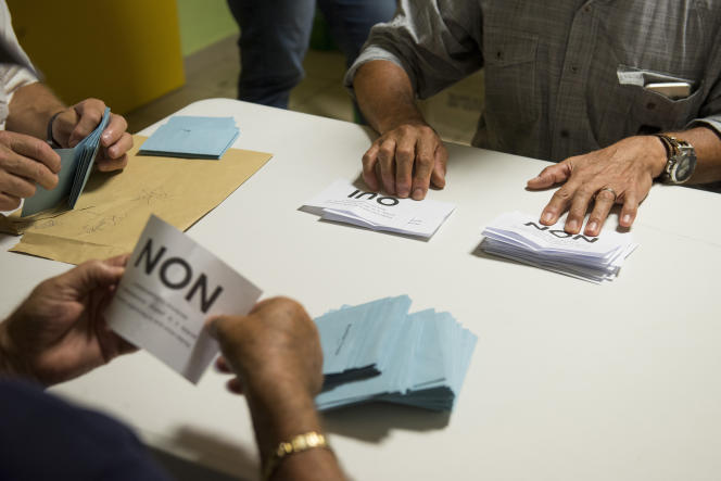 Dépouillement des bulletinsdu référendum sur l'accession à la pleine souveraineté de la Nouvelle-Calédonie, à Nouméa, le 4novembre.