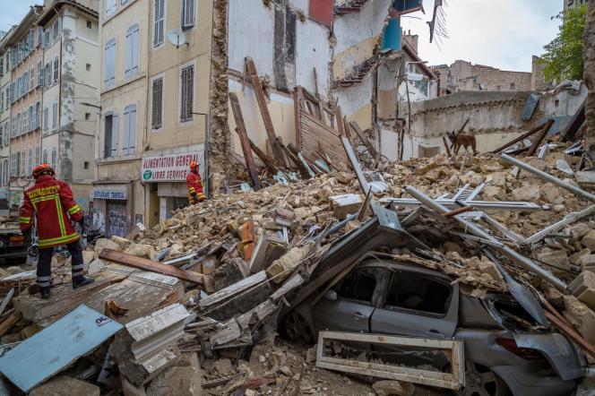 Des sauveteurs cherchent des survivants dans les décombres, le 5 novembre.