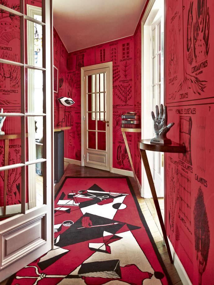 Le pied-à-terre parisien d'Ines Sastre dessiné par Vincent Darré, avec son papier peint Herbier et son tapis Métaphysique.