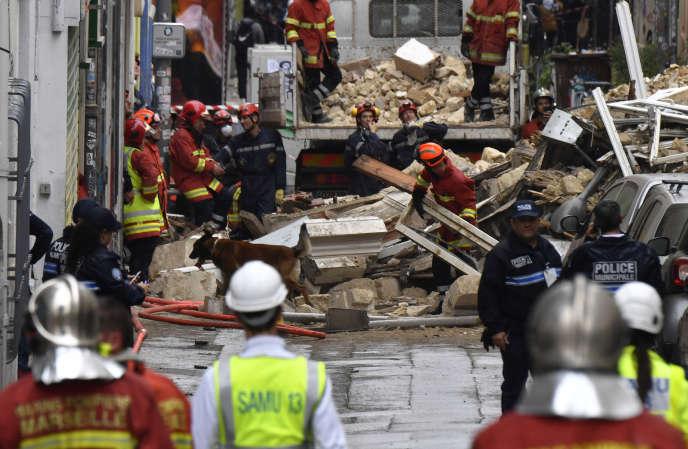 Les sauveteurs sont à pied d'œuvre sur le site de deux immeubles écroulés, dans le 1erarrondissement deMarseille, le 5 novembre.