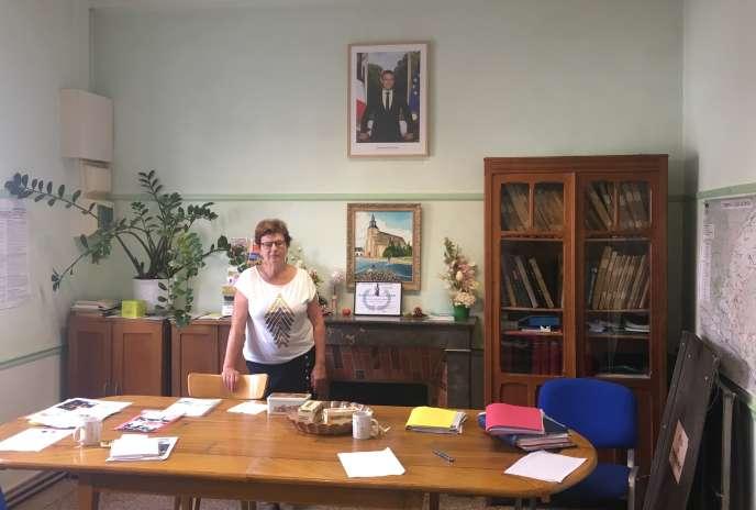 La maire Janine Laridans, dans la salle du conseil municipal du Gault-du-Perche.