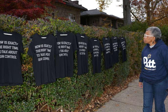 Destee-shirtsavec le message « C'est maintenant le momentdeparlerdu contrôle des armes à feu», accrochés sur une haie de Pittsburgh(Pennsylvanie), le 5 novembre.