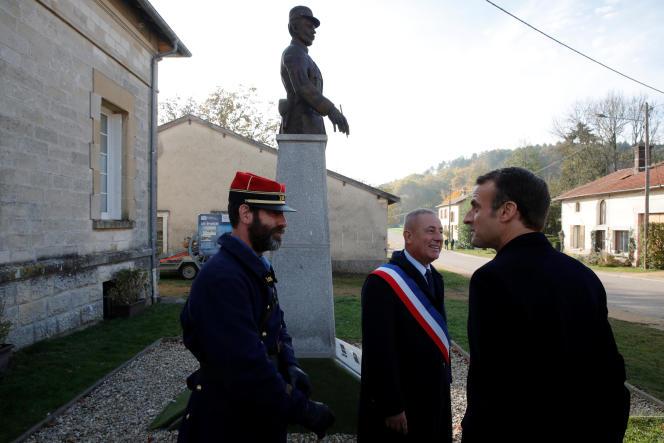 Emmanuel Macron, aux Eparges (Meuse), devant le buste de Maurice Genevoix, le 6 novembre 2018.
