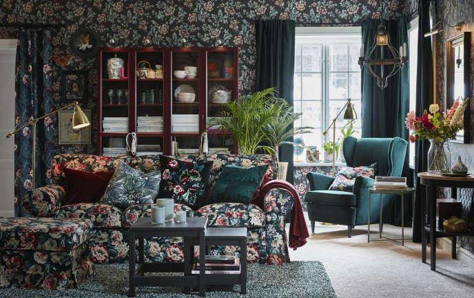 Ikea célèbre cet hiver un « kitsch dépareillé et rétro» : déferlante de fleurs sur les rideaux, les housses de fauteuil et les abat-jour.