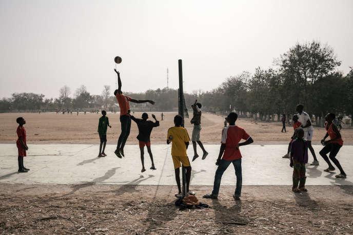 Des adolescents jouent au volley-ball à Mokolo, dans le nord du Cameroun, en février 2018.