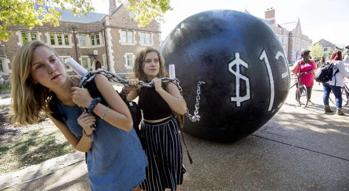 Des étudiantes tirent un boulet représentant la dette étudiante, à l'Université Washington de Saint-Louis, dans le Missouri, avant un débat entre Hillary Clinton et Donald Trump lors de la campagne présentielle de 2016.
