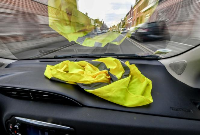 Un gilet jaune de sécurité, sur le tableau de bord d'une voiture, à Meteren (Nord), le 4 novembre.