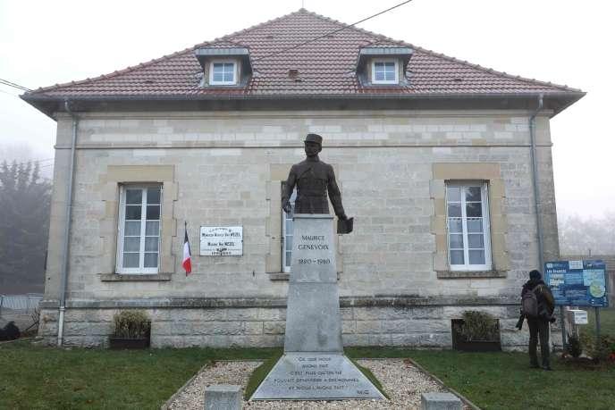 Les Eparges (Meuse), mardi 6 novembre, le président de la république, Emmanuel Macron, rend hommage à Maurice Genevoix, lors du centenaire de la Grande Guerre.