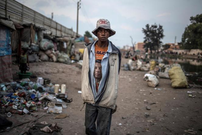 Un habitant du bidonville de la Réunion Kely portant un tee-shirt à l'effigie du candidat Andry Rajoelina, à Antananarivo, le 2 novembre.