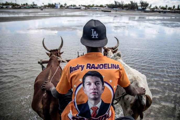 Un homme porte un t-shirt à l'effigie du candidat malgache Andry Rajoelina à Tuléar, le 4 novembre.
