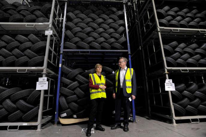 La première ministre d'Ecosse, Nicola Sturgeon, sur le site Michelin de Dundee, au côté du directeur de l'usine, John Reid, en juin 2017.