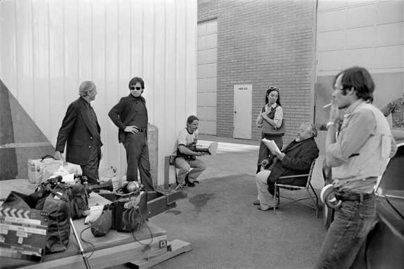 Peter Bogdanovich (lunette de soleil), Oja Kodar et Orson Welles, sur le tournage de « The Other Side Of The Wind »