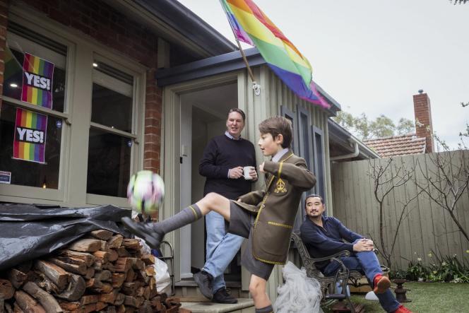 Un couple d'hommes avec leur fils en septembre 2017, à Melbourne, trois mois avant l'adoption du mariage pour tous en Australie.