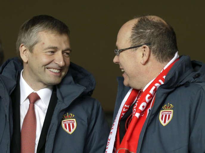 Le président de l'AS Monaco, Dmitri Rybolovlev (à gauche), et le prince Albert II de Monaco discutent avant un match de la Ligue des champions, le 17mars2015.