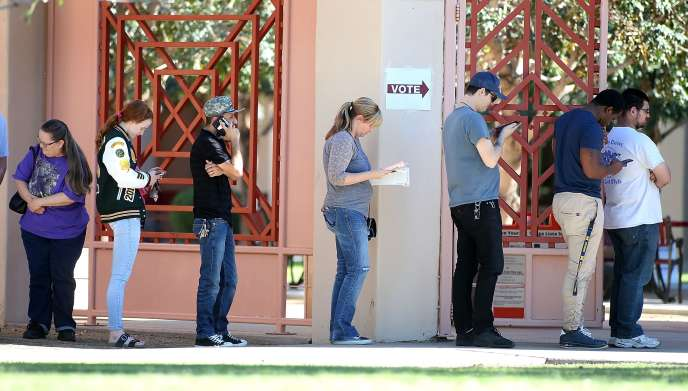 Les électeurs font la queue pour voter aux élections de mi-mandat, à Phoenix (Arizona), le 6 novembre.