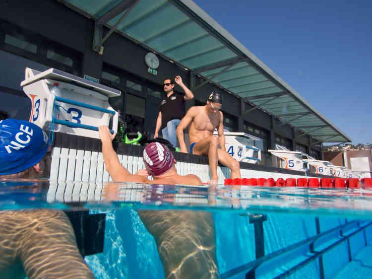 «Je vois chaque séance comme un cours de maths ou de musique. L'idée, c'est qu'ils ont un cockpit, et à chaque fois, on leur ajoute des commandes », explique Fabrice Pellerin, le coach des nageurs élite de l'Olympic Nice natation.