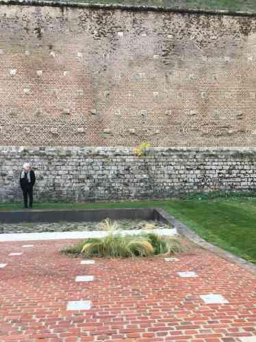 Dans les douves de la citadelle du Quesnoy (dans le département du Nord), les paysagistes belges du Collectif Plan B ont reproduit à l'identique un pan de rempart, sur le sol en gazon. Ce sont ces 12 mètres, pris d'assaut en novembre 1918, devenus terrasse à l'horizontale, que les visiteurs sont appelés à investir– pacifiquementcette fois.