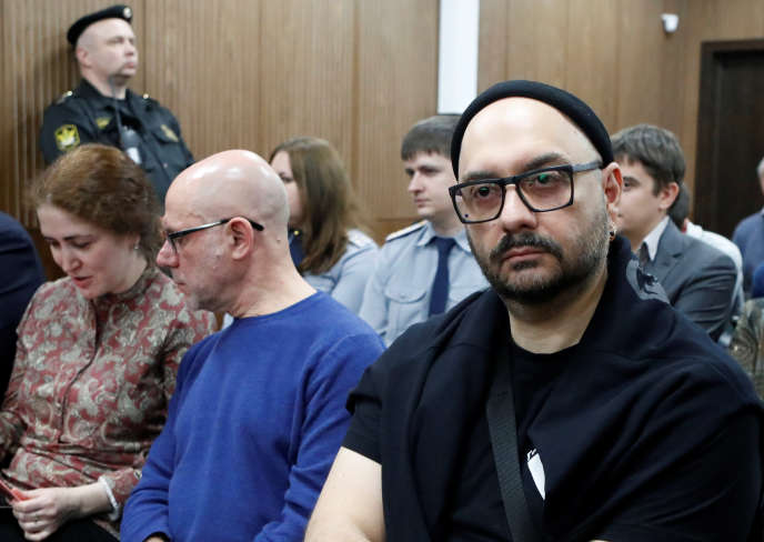 Le metteur en scène Kirill Serebrennikov (à droite), accusé de détournement de fonds, à son procès à Moscou, en Russie, le 7 novembre 2018.