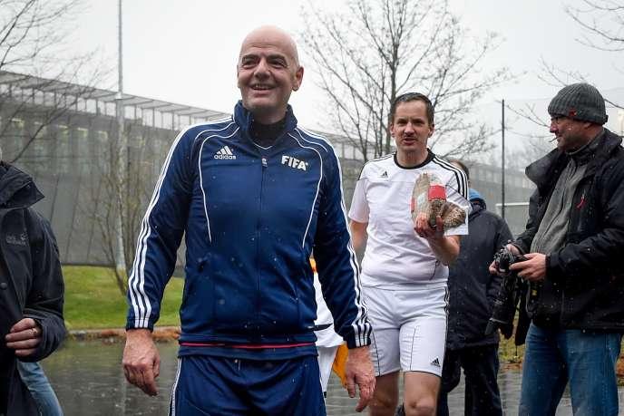 Le 29 février 2016, Gianni Infantino et le procureur Rinaldo Arnold participaient à un match amical, au siège de la FIFA.