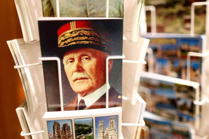 Des cartes postales avec le portrait de Philippe Pétain, en vente à l'ossuaire deDouaumont en 2014.