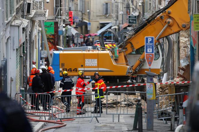Des sauveteurs près des ruines des deux immeubles qui se sont effondrés lundi, le 7 novembre 2018.