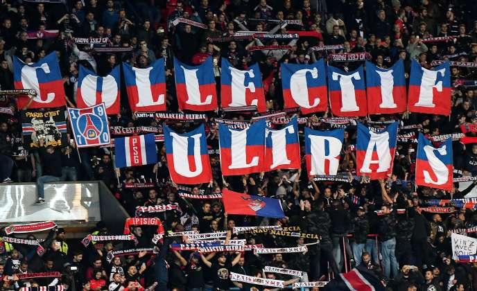 Des ultras du PSG lors d'un match de l'UEFA le 19 octobre 2016.