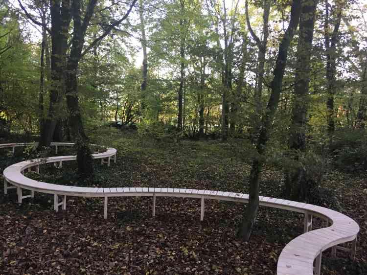 Le ruban de bois, fait de chêne du pays de Galles et de pierre de Portland, qui serpente dans la forêt à Thiepval, dans la Somme, est une incitation à se souvenir et à méditer. Un tapis de primevères devrait compléter, avec sa palette colorée, l'installation des deux paysagistes gallois.