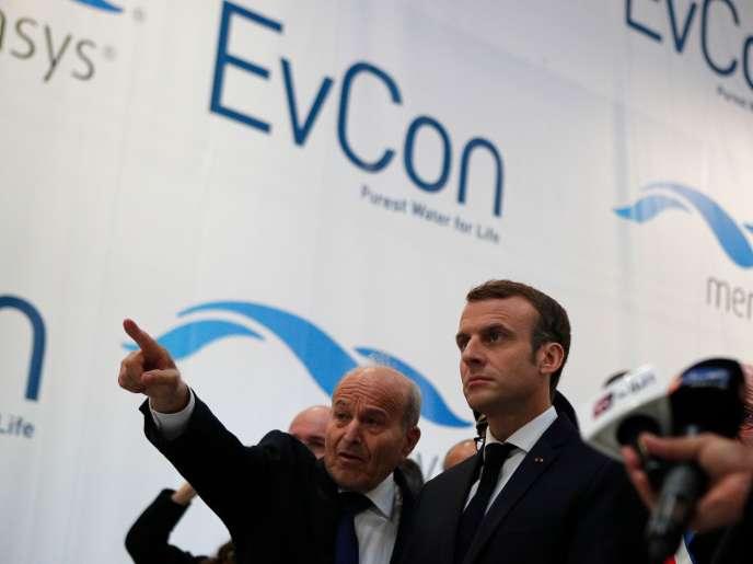 Le président de la République, Emmanuel Macron et Issad Rebrab, le patron Cevital (à gauche),à Charleville-Meziere, le 7 novembre. Le groupe algérien a un projet d'implantation d'une unité de production d'équipements de traitement de l'eau dans l'agglomération de cette ville.