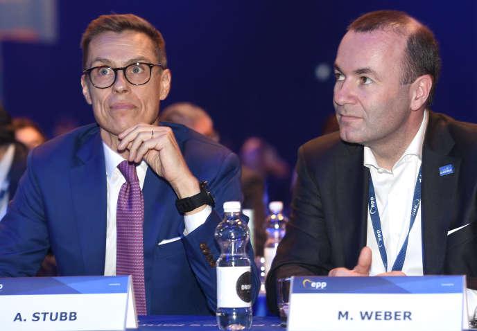 A gauche, le Finlandais Alex Stubb, à droite, Manfred Weber, son rival allemand pour devenir le chef de file des droites aux élections européennes, lors d'un congrès du PPE, le 7 novembre à Helsinki.