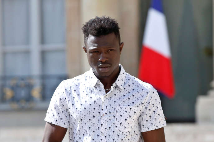 Mamoudou Gassama après une rencontre avec Emmanuel Macron au palais de l'Elysée, à Paris, le 28mai 2018.