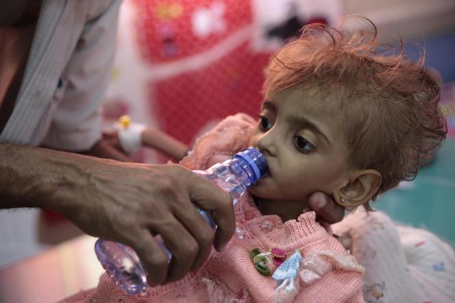 Un père donne à boire à sa fille sous-alimentée au centre de nutrition de l'hôpital d'Hodeïda (Yémen), le 28 septembre.