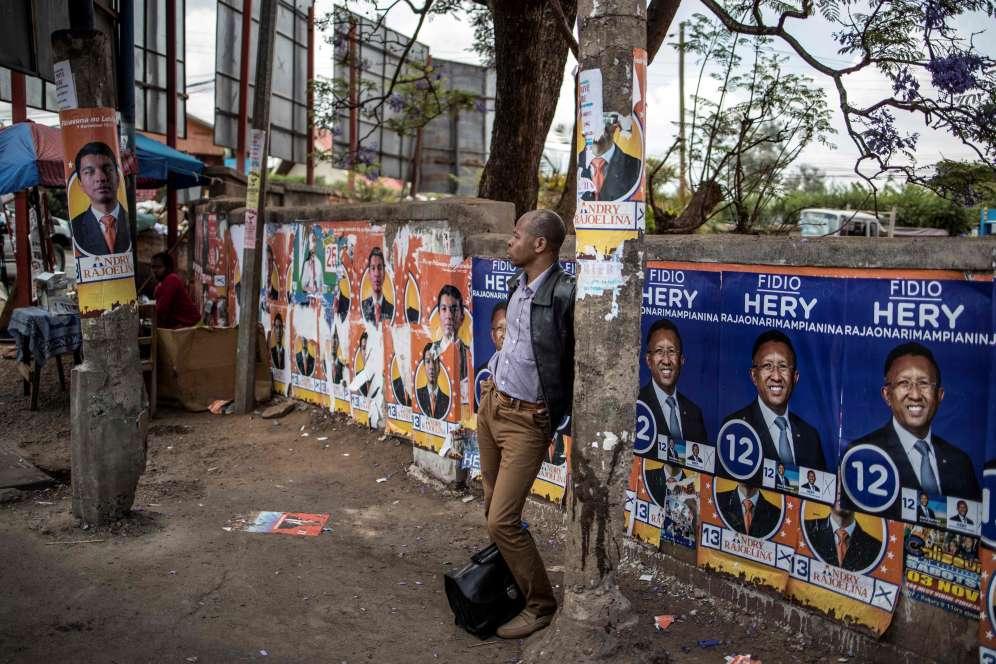 A Antananarivo, la capitale, le 6novembre.Dans cette grande île de l'océan Indien au réseau routier délabré, l'acheminement d'une partie des procès-verbaux des bureaux de vote se fera par hélicoptère.