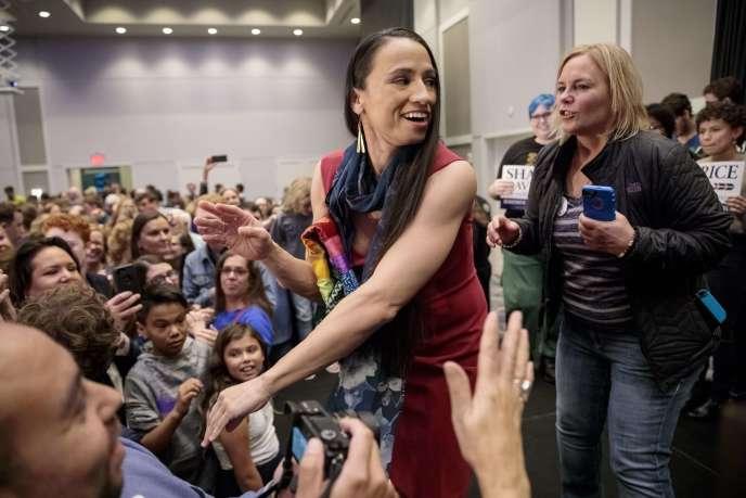 La candidate démocrate Sharice Davids la nuit de son élection à la Chambre des représentants le 6 novembre 2018, à Olathe, dans le Kansas.