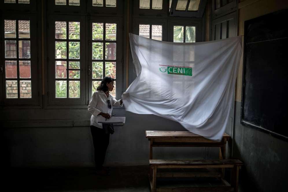 «On espère que cette élection sera l'occasion de consolider les acquis démocratiques», a déclaré mercredi le chef de la mission des observateurs de l'Union européenne, Cristian Preda, dans un pays coutumier de crises post-électorales et politiques.
