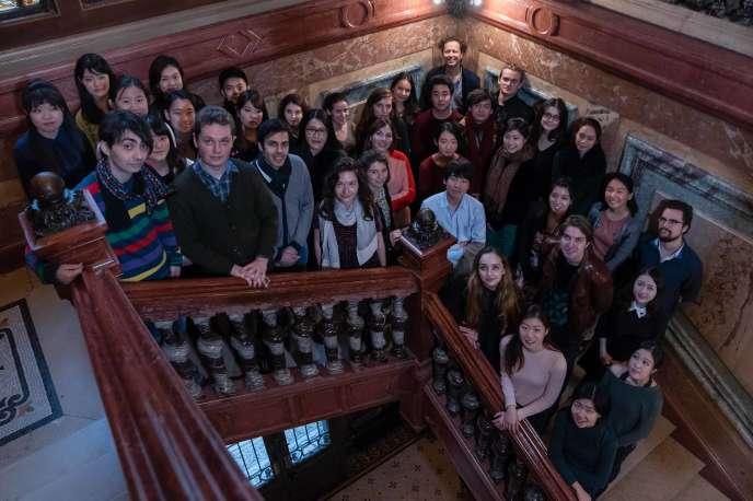 Les candidats du Concours Long-Thibaud-Crespin 2018 dans l'escalier d'honneur de l'Ecole normale de musique, Salle Cortot, à Paris, en octobre.