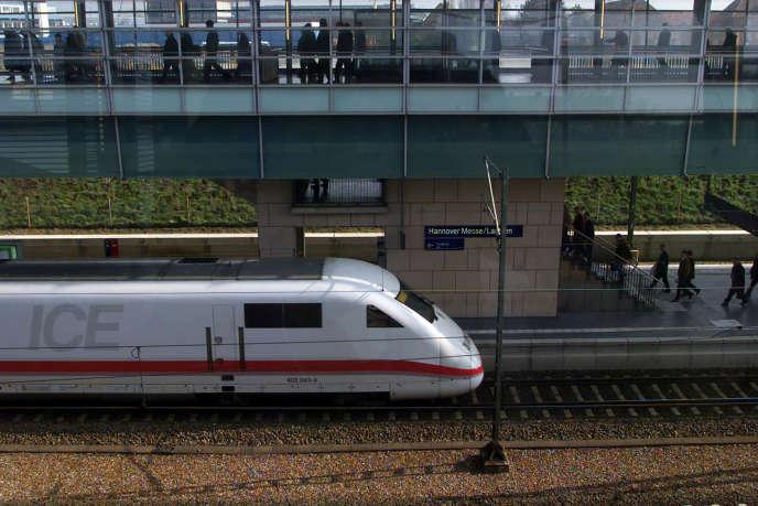 Un train entre en gare de Laatzen, près de Hanovre (Allemagne), en mars.