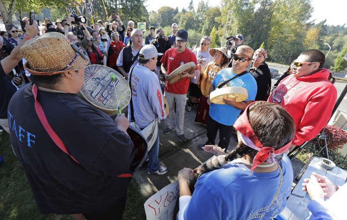 Des partisans de la« proposition 1631», portée par une coalition de 250 organisations représentant les écologistes, les tribus indiennes et les syndicats pour instaurer une taxe carbone dans l'Etat de Washington, en octobre 2018. La proposition a été rejetée par les électeurs.
