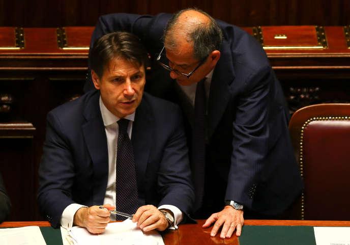 Le premier ministre italien, Giuseppe Conte, et son ministre de l'économie, Giovanni Tria, au Parlement, à Rome, le 6 juin.