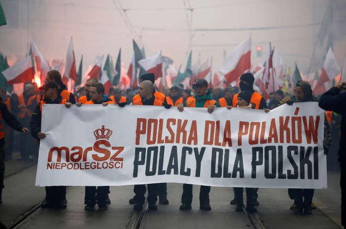 Des manifestants nationalistes défilent à l'occasion de l'anniversaire de l'indépendance de la Pologne,à Varsovie, le 11 novembre 2015.