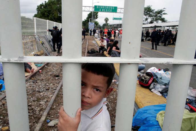 Un enfant migrant hondurien bloqué à la frontière entre le Guatemala et le Mexique dans l'espoir de rejoindre les Etats-Unis, à Tecun Uman (Guatemala), le 20 octobre.