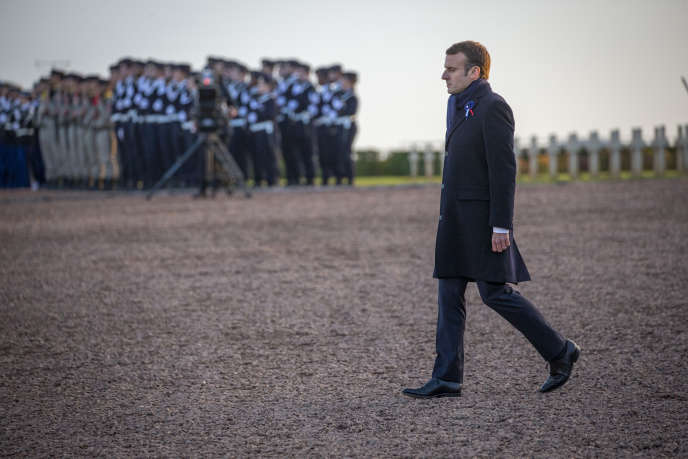 Emmanuel Macron à Albain-Saint-Nazaire (Pas-de-Calais), au cinquième jour de sa semaine d'itinérance mémorielle, le 8 novembre.