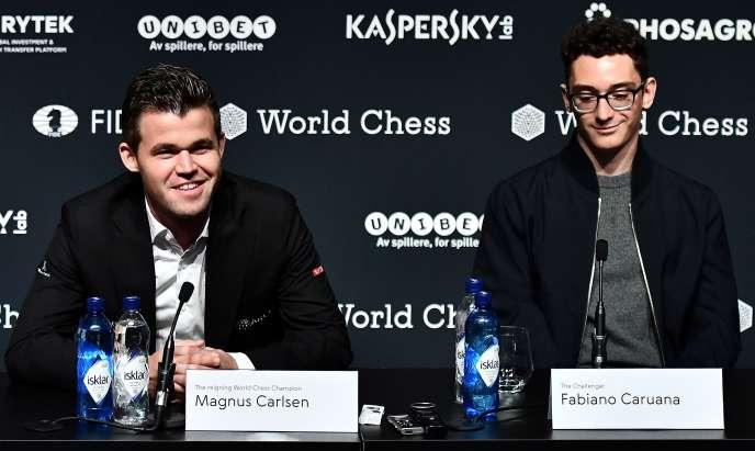 Magnus Carlsen (à gauche) et Fabiano Caruana, jeudi8 novembre, lors de la présentation de leur match de championnat du monde qui se déroulera à Londres du 9au 28 novembre.