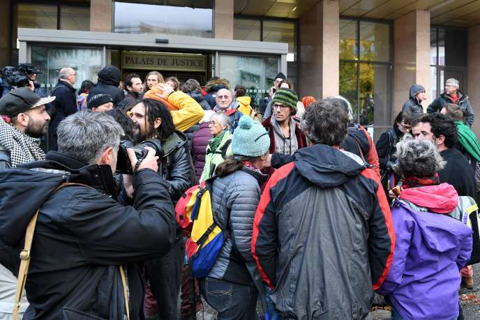 La foule attend aux abords du palais de justice de Gap, où sept prévenus sont jugés pour aide illégale aux migrants, le 8 novembre 2018.