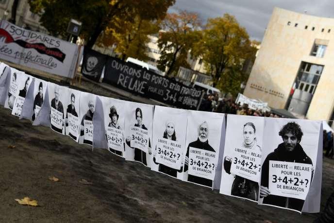 Les visages de militants jugés pour être venus en aide à des migrants, en novembre2018 devant le tribunal de Gap.