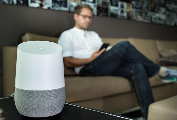 Avec leurs assistants vocaux comme Alexa d'Amazon, le HomePod d'Apple ou encore du Google Home, les géants du net investissent dejà les logements.