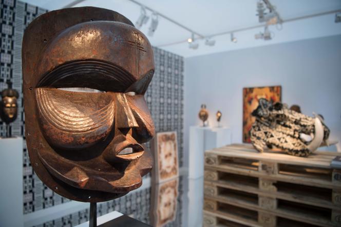 Un masque africain exposé lors de la troisième édition de la foire AKAA au Carreau du Temple, à Paris, le 8 novembre 2018.