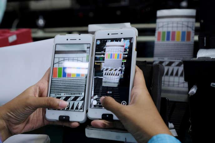Des smartphones en test à l'usine Oppo de Tangerang (Indonésie), en 2016.
