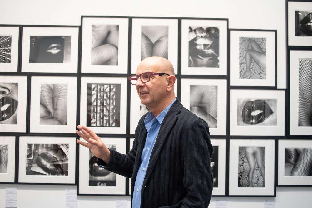 Le collectionneur Artur Walther dans l'espace de la galerie Akio Nagasawa à Paris Photo 2018, le 7 novembre.