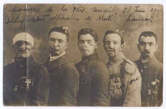 Les cinq mutilés faciaux au Congrès de paix de Versailles